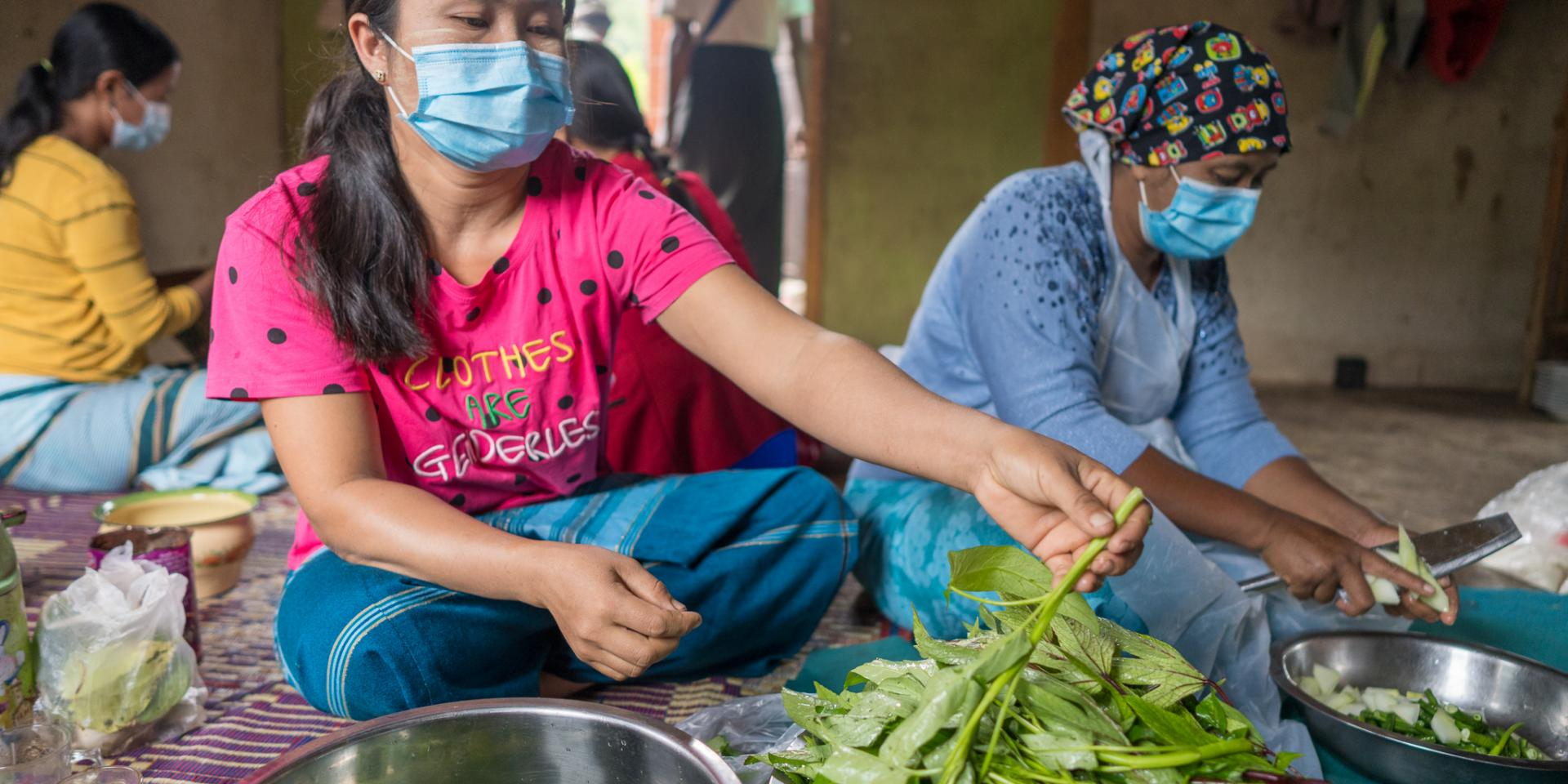 A female participant cutting spinach for cooking competition during the Nutrition month celebration in Pinlaung, Shan.